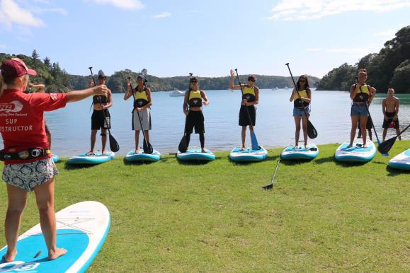 Paerangi ākonga paddle boarding